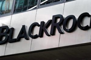 BlackRock analiza invertir en criptomoendas y el precio sube