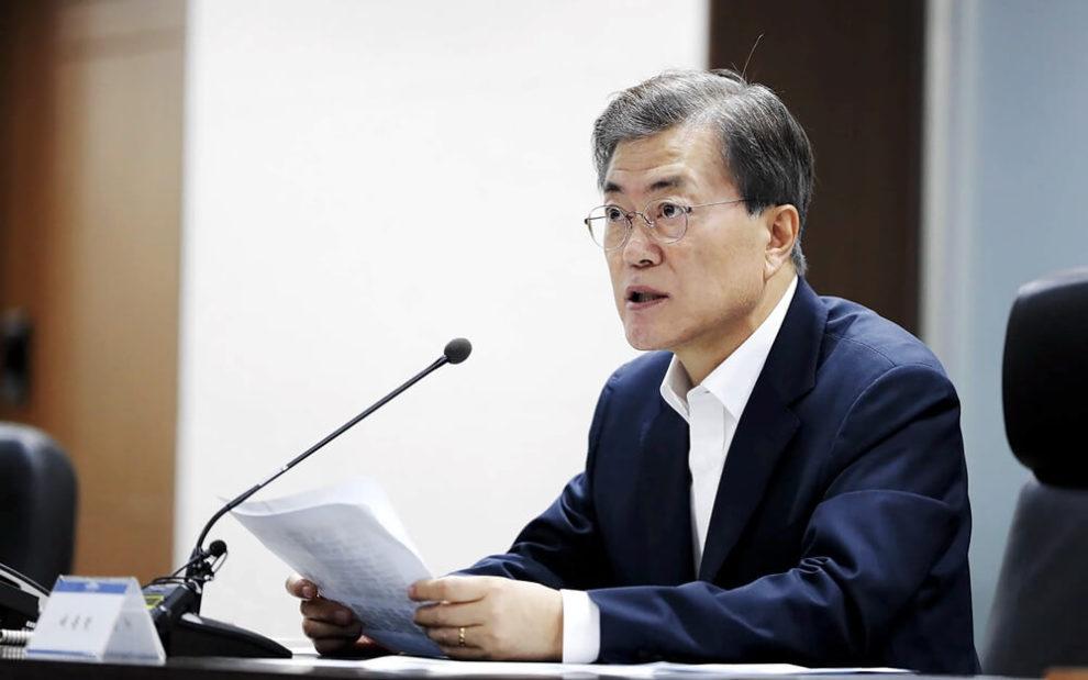 Parece ser que Corea del Sur busca relajar sus impuestos en función de atraer nuevas startups relacionadas con la tecnología blockchain y otras soluciones innovadoras. La idea detrás de esta iniciativa es reducir los impuestos para mejorar el panorama tecnológico del país. Corea del sur se beneficia de compañías blockchain Este anuncio tan importante ha sido realizado por el gobierno el pasado miércoles 18 de julio, luego de que la decisión fuera tomada por ocho agencias gubernamentales y sus ministros. La filia de CoinDesk de Corea reporto que las organizaciones que trabajen con tecnologías revolucionarias deberían beneficiarse de esta reducción impositiva, o hasta excepciones. Al mismo tiempo, los ministros hicieron una propuesta para disminuir el nivel de umbral a la hora de seleccionar que compañías se benefician de esta reducción impositiva. Los ministros se dieron cuenta que las pequeñas empresas tienen dificultades para comenzar a participar en el mercado. Para ellas es muy difícil comenzar y cumplir con las normas fiscales que se aplica a compañías mas grandes. Por el momento no hay información especifica acerca de la cantidad posible de reducción de impuesto que las compañías podrán gozar. La propuesta realizada por los gobernantes se espera que este implementada en el 2019, justo después de un año completo plagado de nuevas regulaciones y un mercado más maduro en todo el mundo. Como se explica en la propuesta, el nuevo beneficio será aplicado a todas las startups que trabajen con tecnología blockchain. Pero no necesariamente estas compañías deben estar en Corea del Sur, pueden ser de diferentes países. Esta no es la primera vez que un gobierno prepara un plan para la reducción impositiva de las tecnologías que trabajan con tecnología de contabilidad distribuida (DLT, por sus siglas en ingles). Podemos mencionar dos caso importantes de en Europa:Españay Bielorrusia. El gobierno español, cuando Mariano Rajoy era el presidente, había propuesto la excepción im